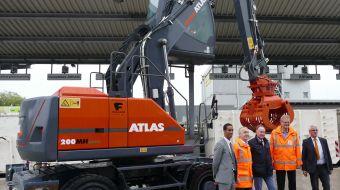 První akumulátorové překládkové rypadlo od firmy Atlas
